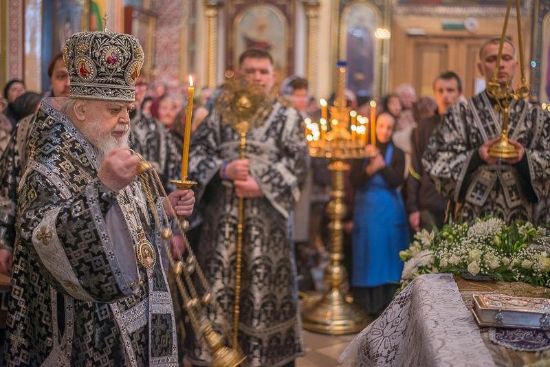 Митрополит Николай совершил вечерню Великого пятка с выносом Святой Плащаницы в кафедральном соборе благоверного князя Александра Невского