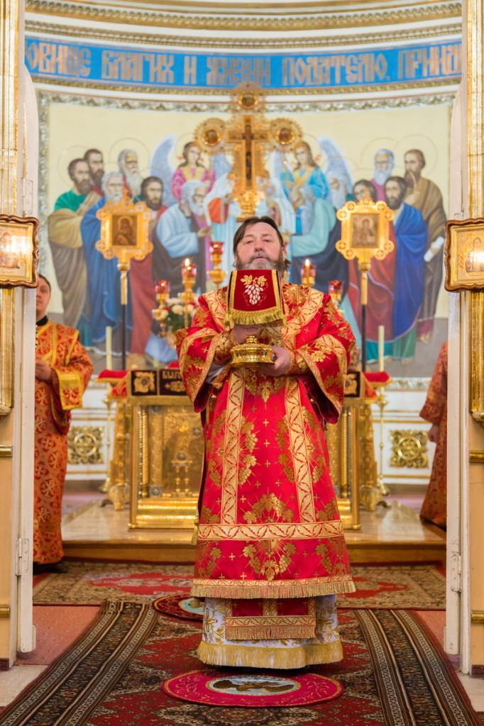 В Неделю 6-ю по Пасхе правящий архиерей совершил Литургию в кафедральном соборе