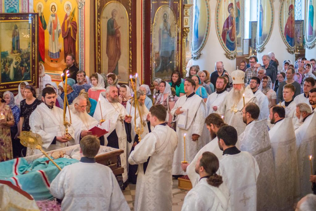 У гроба почившего митрополита Николая (Шкрумко) совершено вечернее заупокойное богослужение