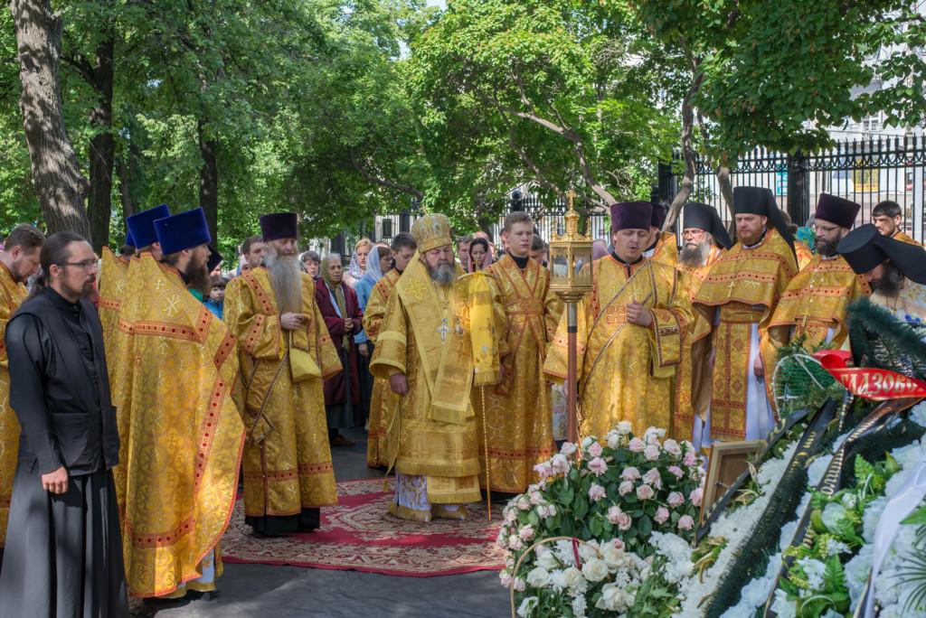 На 9-й день после кончины митрополита Николая (Шкрумко) в Александро-Невском соборе совершена Литургия и панихида на могиле владыки