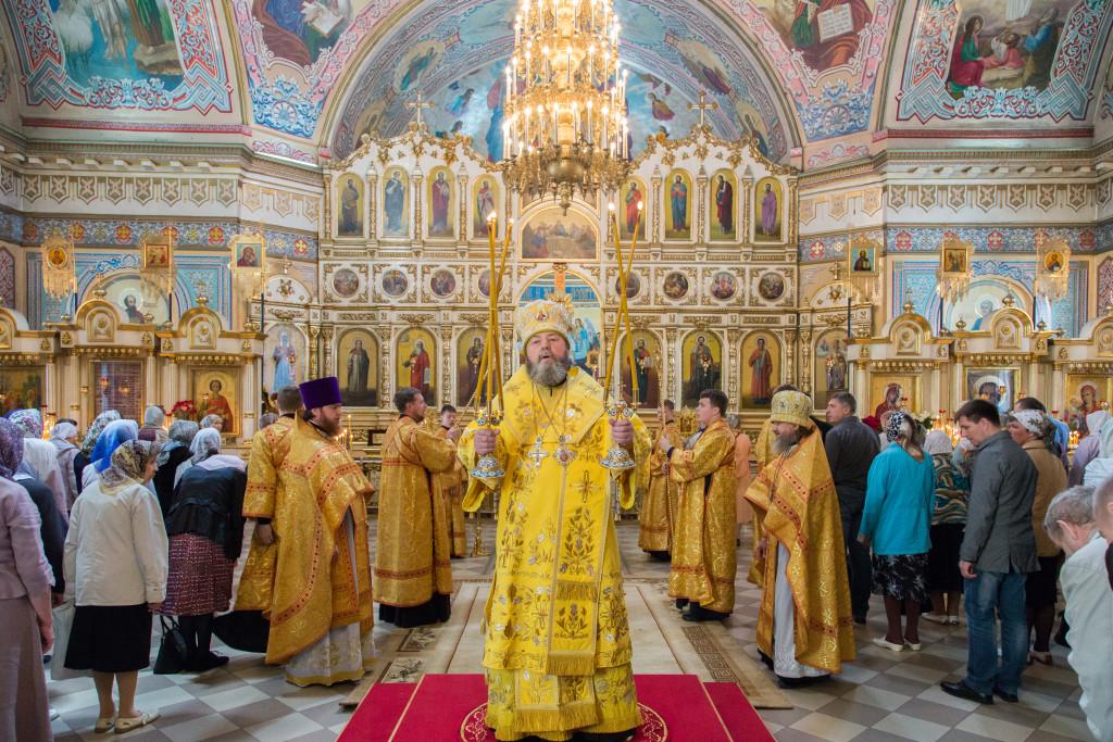 В Неделю 1-ю по Пятидесятнице митрополит Викторин совершил Литургию в кафедральном соборе