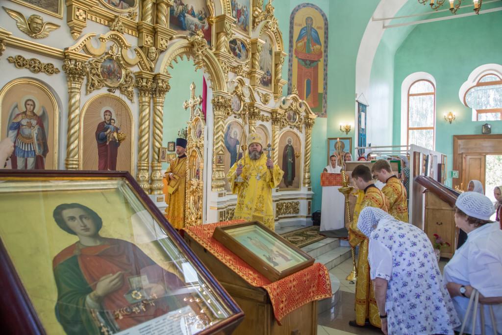 Митрополит Викторин посетил Воткинск и совершил Литургию в храме вмч. Пантелеимона