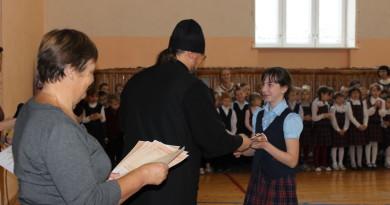 Священник объявил благодарность школьнице