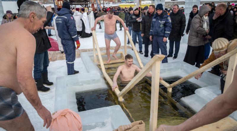 Жители Удмуртии окунулись в ледяную воду