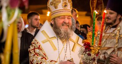 В пасхальную ночь митрополит Викторин возглавил богослужения в Михайловском соборе