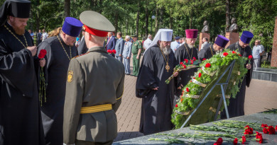 Духовенство возложило цветы к Монументу боевой и трудовой славы