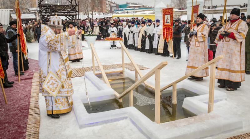В Воткинске совершили крестный ход и освятили воду в пруду