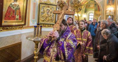 Богослужения Крестопоклонной Недели митр. Викторин совершил в Михайловском соборе