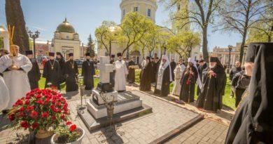 В день рождения митрополита Николая на его могиле была отслужена лития