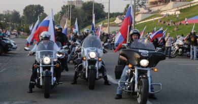 Священник принял участие в мотопробеге в честь Дня флага