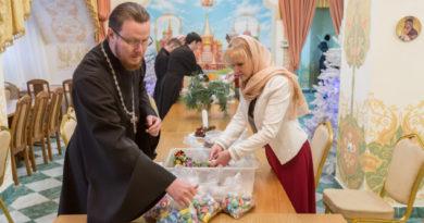 Волонтеры Михайловского собора готовят подарки к Рождеству для нуждающихся