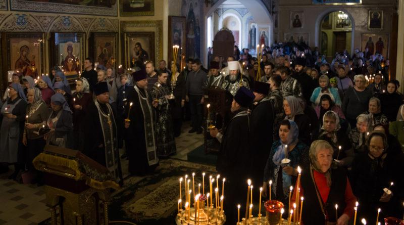 В Свято-Троицком соборе г. Ижевска митр. Викторин совершил чтение третей части покаянного канона