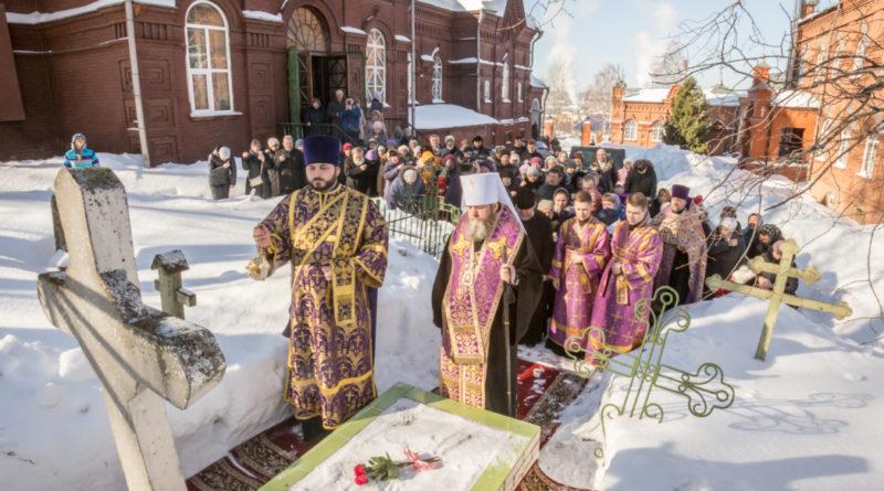 Митр. Викторин совершил литургию в Преображенском храме и панихиду на могилах воткинских новомучеников