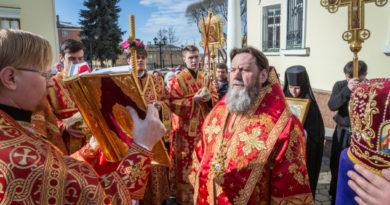 В Светлый понедельник митр. Викторин совершил литургию в соборе Александра Невского