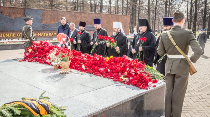 Накануне Дня Победы священнослужители возложили цветы у воинских мемориалов