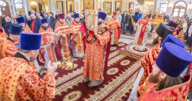 В День Победы митр. Викторин с собором духовенства совершил литургию в кафедральном храме
