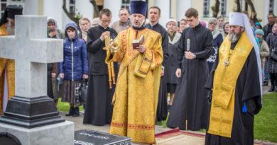 В годовщину кончины митр. Николая (Шкрумко) на его могиле была совершена панихида