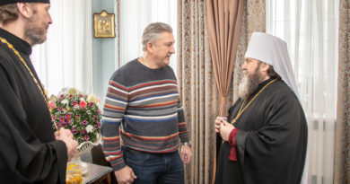 Митрополит Викторин вручил награду благотворителю епархии Азанову Ю. Ю.