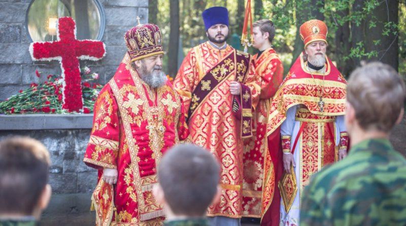 В День победы митр. Викторин совершил литургию и панихиду на Северном кладбище