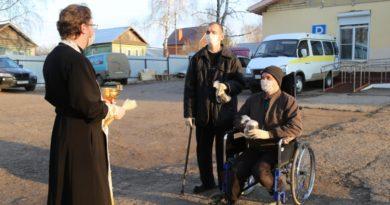 Священники поздравили бездомных с Пасхой