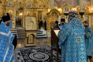 Накануне праздника Похвалы Пресвятой Богородицы, митр. Викторин помолился в кафедральном соборе