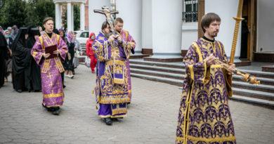 Митр. Викторин совершил чин выноса креста в Александро-Невском соборе