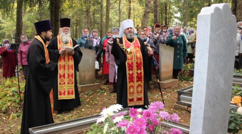 Панихида на могиле протоиерея Михаила Елабужского